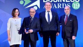 Από την απονομή του βραβείου για τον Χρηματοοικονομικό Αλφαβητισμό: ο Γιάννης Ρούντος, διευθυντής εταιρικών σχέσεων & υπευθυνότητας INTERAMERICAN, με τους Νίκο Φίλιππα, καθηγητή Χρηματοοικονομικής Πανεπιστημίου Πειραιώς και πρόεδρο του Ινστιτούτου Χρηματο