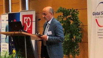 Ο Γιάννης Ρούντος στο βήμα του συνεδρίου.