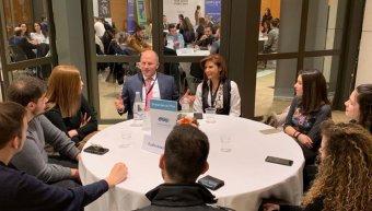 2.Οι ασφαλιστικοί σύμβουλοι της INTERAMERICAN, μέντορες Λ. Τουρνατζής και Σ. Ζερβουδάκη, με σπουδαστές στο «Πανόραμα Επιχειρηματικότητας».