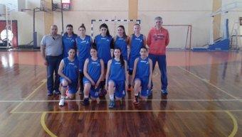 Η ομάδα του 3ου Γενικού Λυκείου Χίου όπως παρατάχθηκε στους αγώνες της β' φάσης του Σχολικού Πρωταθλήματος μπάσκετ Κοριτσιών στο Κερατσίνι. Στο φωτογραφικό στιγμιότυπο η πρωταθλήτρια Χίου με τους καθηγητές - γυμναστές της Κλήτο Κανετίδη και Κώστα Γιασεμή.