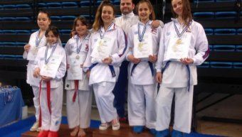 Ο προπονητής του Chios Karate Academy, Γιάννης Τσαρούχας, με αθλήτριες του συλλόγου που διακρίθηκαν στο Πανελλήνιο Κύπελλο Shotokan.