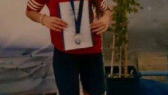 Η Μαριάνθη Λάρδα με το χάλκινο μετάλλιο στο στήθος που κατέκτησε στα 200 μ. πρόσθιο στο Πανελλήνιο Πρωτάθλημα Κολύμβησης Παμπαίδων-Παγκορασίδων Α' που έγινε στο Βόλο.