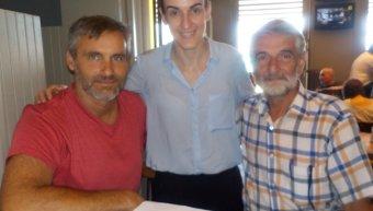 Η Ιουλία Χανδρή στο μέσον με τον Φραγκούλη Κυλαδίτη αριαστερά και τον πρόεδρος του Νηρέα Τάσο Ποδιά δεξιά