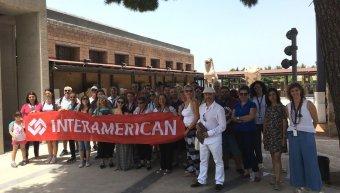 Ομάδα εργαζομένων της INTERAMERICAN στον περίβολο του Αρχαιολογικού Μουσείου Θηβών.