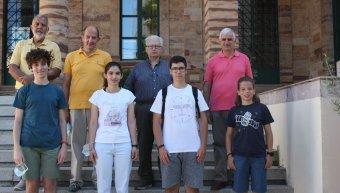 Στη φωτογραφία οι διακριθέντες μαθητές (από αριστερά) Πέτρος Μαραγκός, Χριστίνα Μελαχροινούδη, Νικόλας Ευσταθίου και Αντώνης Γεωργούλης, μαζί με τον πρόεδρο του παραρτήματος Γιώργο Μαστοράκη και τα μέλη του Δ.Σ., Παντελή Σαλλιάρη, Μανώλη Ζούντα και Κωνστα