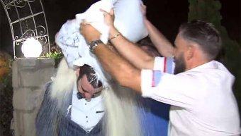 Κάποιοι πηγαίνουν στην εκκλησία κουβαλώντας τσουβάλια ρύζι