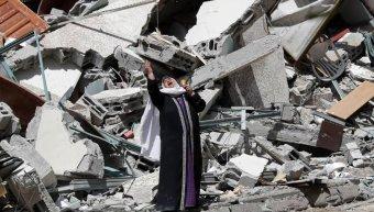Στη φωτό: Θρήνος και απελπισία στα χαλάσματα της πόλης της Γάζας - AP Photo/Adel Hana