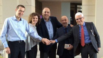 O Γιάννης Δεμιρτζόγλου, διευθυντής του Ζωγραφείου Λυκείου-Γυμνασίου Κωνσταντινούπολης, με τους Martin Hargas, γεν. διευθυντή οικονομικών υπηρεσιών, Μάρκο Φραγκουλόπουλο, αναπλ. γεν. διευθυντή πωλήσεων & marketing, Γιάννη Ρούντο, διευθυντή και Χρύσα Ελευθε