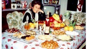 H κυρά Πόπη Καρασούλη στις αρχές της δεκαετίας του '90 έστρωνε το πρωτοχρονιάτικο τραπέζι πάντα τέτοιες μέρες τηρώντας το παλιό έθιμο.