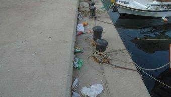 Παρά τα καλαθάκια πλήθος τα σκουπίδια στο λιμανάκι Αγ. Ερμιόνης