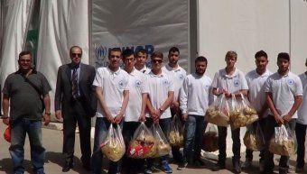 Οι μαθητές του σπιτιού, προσφέροντας βοήθεια στους πρόσφυγες