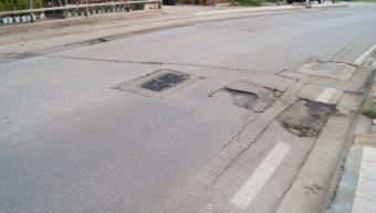 Ο καινούργιος δρόμος σακατεμένος, η σχάρα ομβρίων στην μέση του δρόμου!!!