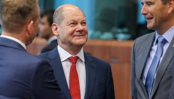 Ο υπουργός Οικονομικών της Γερμανίας Όλαφ Σολτς (EPA/STEPHANIE LECOCQ)  Πηγή: http://www.skai.gr/news/finance/article/378495/germaniko-kapsoni-me-anastoli-dosis-logo-fpa-sta-nisia/#ixzz5L4VCaOUQ  Follow us: @skaigr on Twitter | skaigr on Facebook