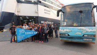 Τα μέλη της αποστολής του Νομαρχιακού Αθλητικού Σωματείων των «Ιώνων» φωτογραφίζονται έξω από το πλοίο της Hellenic Seaways καθώς και με το λεωφορείο του ΚΤΕΛ Χίου, με το οποίο έκαναν όλες τις μετακινήσεις τους στην Αθήνα. Και οι δύο εταιρείες παρείχαν δωρεάν τις υπηρεσίες τους ώστε να πραγματοποιηθεί με επιτυχία η χιώτικη αποστολή στην Αθήνα.