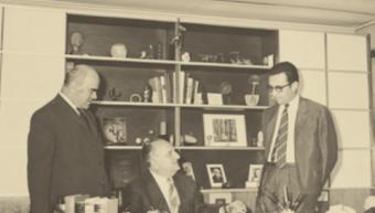 Στιγμιότυπο από την ιστορική υπογραφή της σύστασης της εταιρείας πριν 50 χρόνια, από τον Αλ. Ταμπουρά και τον Δημήτρη Κοντομηνά.