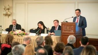 Ο Γιάννης Καντώρος, διευθύνων σύμβουλος INTERAMERICAN, στο βήμα. Στο πάνελ, ο Άγγελος Κότιος, πρύτανης του Πανεπιστήμιου Πειραιά, η Όλγα Κεφαλογιάννη, βουλευτής Α' Αθηνών και ο Νικόλαος Φίλιππας, ιδρυτής και πρόεδρος του Ινστιτούτου, καθηγητής Χρηματοοικο