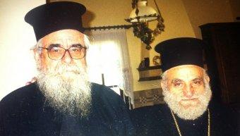 Ο Νίκων Χαρέας με τον μακαριστό Μητροπολίτη Χίου Διονύσιο. Φωτογραφία Σωτήρη Τζούμα