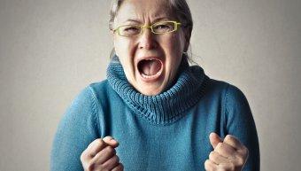 θυμωμένη ηλικιωμένη γυναίκα