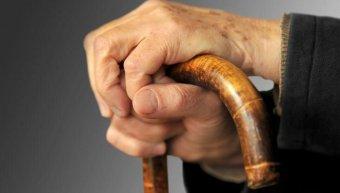 χέρι ηλικιωμένου, μπαστούνι