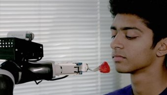 το ρομπότ που ταΐζει ανθρώπους