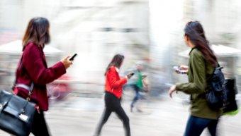 street_walking_with_smartphones