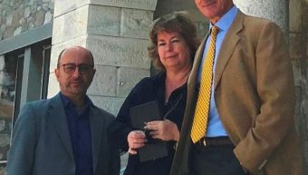 Η Natasha Clive-Βρέκοσι, πρόεδρος του οργανισμού «Αντιμετώπιση Παιδικού Τραύματος», με τους Γιάννη Ρούντο, διευθυντή εταιρικών σχέσεων και υπευθυνότητας της INTERAMERICAN και Αντώνη Γερονικολάου, διευθύνοντα σύμβουλο της κλινικής ΑΘΗΝΑΪΚΗ MEDICLINIC, σε π