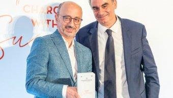 Στιγμιότυπο από την επίδοση του βραβείου στην INTERAMERICAN, από τον Πλάτωνα Τσούλο, διευθυντή σύνταξης εφημερίδας «ΝΑΥΤΕΜΠΟΡΙΚΗ» και σύμβουλο έκδοσης της MORAX Media, στον Γιάννη Ρούντο, διευθυντή εταιρικών υποθέσεων Ομίλου INTERAMERICAN.