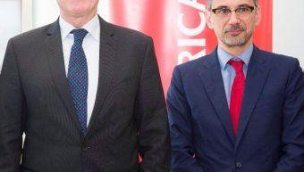 Ο Willem van Duin, πρόεδρος της ACHMEA, με τον Γιάννη Καντώρο, διευθύνοντα σύμβουλο της INTERAMERICAN.