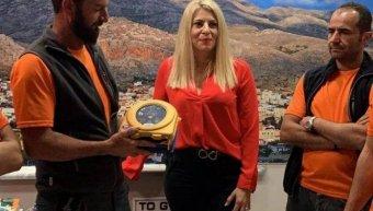 Η Ιωάννα Βούλγαρη, συνεργάτης της INTERAMERICAN στην Κάλυμνο, παραδίδοντας τον απινιδωτή στου Διασώστες της Εθελοντικής Ομάδας.