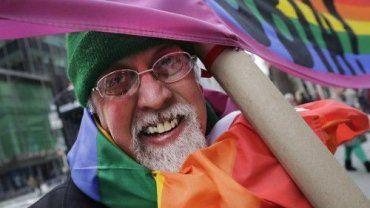 Ο άνθρωπος που εμπνεύστηκε το παγκόσμιο σύμβολο της ελευθερίας και της αποδοχής πέθανε στα 65 του