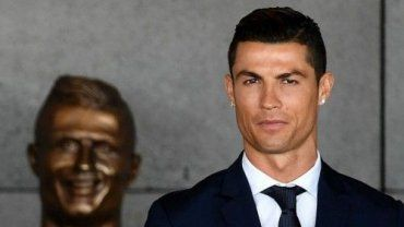 Ο διάσημος ποδοσφαιριστής φωτογραφήθηκε περιχαρής μπροστά από την μπρούτζινη προτομή που κοσμεί πλέον το «Aeroporto Cristiano Ronaldo» της Πορτογαλίας