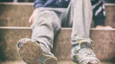σκισμένα παπούτσια, παιδί, φτώχεια