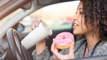 γυναίκα, φαγητό και οδήγηση