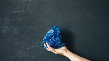 μπλε σακούλα, χέρι