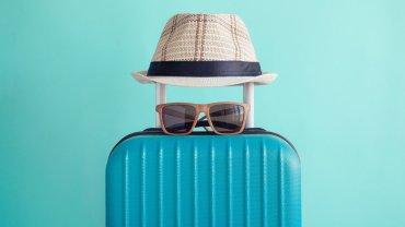 βαλίτσα, γυαλιά ηλίου, ψάθινο καπέλο