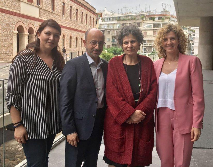 Ο Γιάννης Ρούντος, η Χρύσα Ελευθερίου και η Βίβιαν Αραβανή της Διεύθυνσης Εταιρικών Σχέσεων και Υπευθυνότητας της INTERAMERICAN, με τη Μαργαρίτα Θεοδωράκη κατά την πρόσφατη συνέντευξη Τύπου για τη συναυλία.
