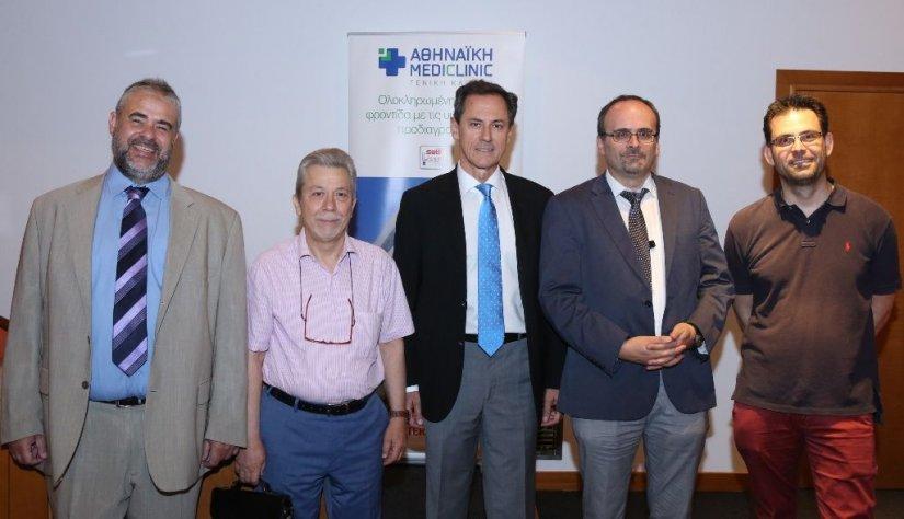 Ο Αντώνης Γερονικολάου, διευθύνων σύμβουλος της ΑΘΗΝΑΪΚΗΣ MEDICLINIC, με τους ομιλητές ιατρούς (από αριστερά) Κυριάκο Κυριακόπουλο, γενικό οικογενειακό ιατρό, Νικόλαο Σαλαμέτη, γαστρεντερολόγο, διευθυντή Ενδοσκοπικού Τμήματος της κλινικής, Κωνσταντίνο Χαλ