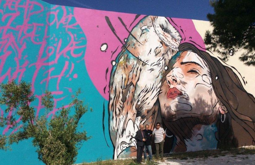Η τοιχογραφία στο 1ο ΕΠΑΛ Ραφήνας, που φιλοτεχνήθηκε από την UrbanAct. Στο στιγμιότυπο, οι Γιάννης Ρούντος, διευθυντής Εταιρικών Σχέσεων και Υπευθυνότητας INTERAMERICAN, ο Κυριάκος Ιωσηφίδης (UrbanAct) και ο Γεράσιμος Καβαλλιεράτος, διευθυντής του ΕΠΑΛ.