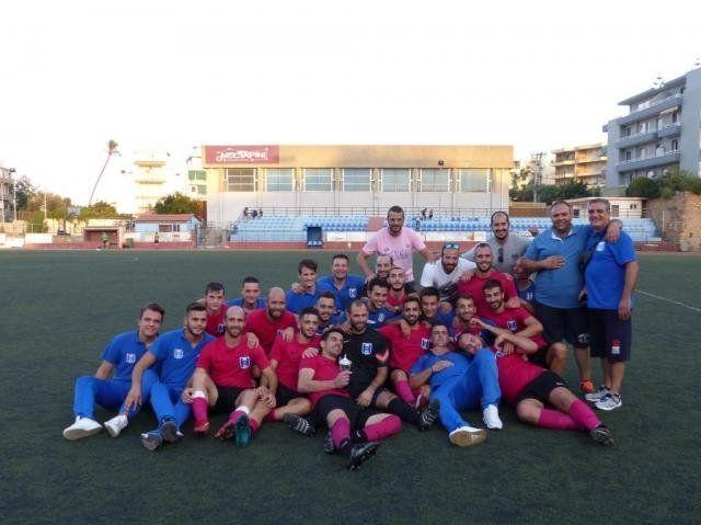Οι ποδοσφαιριστές του Ηρακλή Θυμιανών, μαζί με τους παράγοντες της ομάδας πανηγυρίζουν το απόγευμα της περασμένης Τετάρτης στο Δημοτικό Στάδιο Χίου για την κατάκτηση του Σούπερ Καπ.
