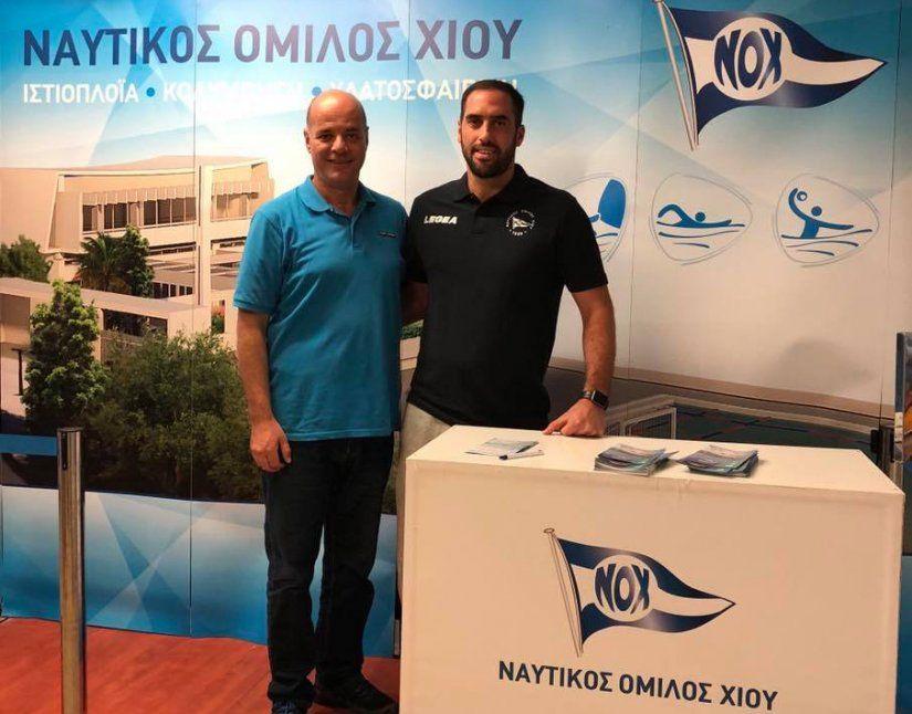 Ο Πρόεδρος του ΝΟΧ, Γιάννης Αναδιώτης, με τον Χιώτη, πρώην διεθνή πολίστα του ΟΣΦΠ, Γιώργο Ντόσκα, που αναλαμβάνει βοηθός προπονητής στο ΝΟΧ/Astra Airlines