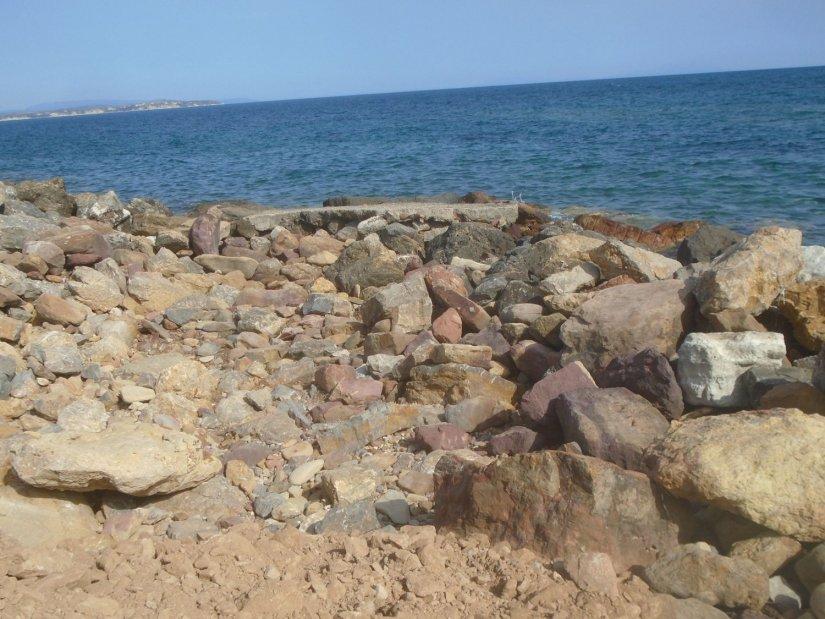 Στην Αγία Ερμιόνη δεν υπάρχει διαμορφωμένη παραλία και είναι αδύνατη η πρόσβαση κοντά στη θάλασσα.