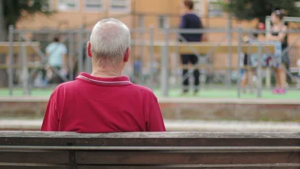 Ένα στρογγυλό, σα μπιφτέκι, άδειασμα του κεφαλιού από μαλλιά στην κορυφή του