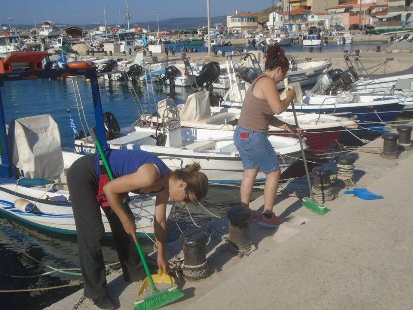 Γεωργία Μπόλια και Μαρία Παπαμονιώδη καθαρίζουν το λιμανάκι της Αγ. Ερμιόνης αλλά και τον Καταρράκτη, Άγιο Γιάννη, Βοκαριά και Γρίδια