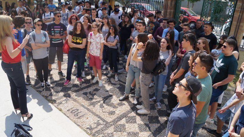 Οι μαθητές στην αυλή της Σχολής της Χίου