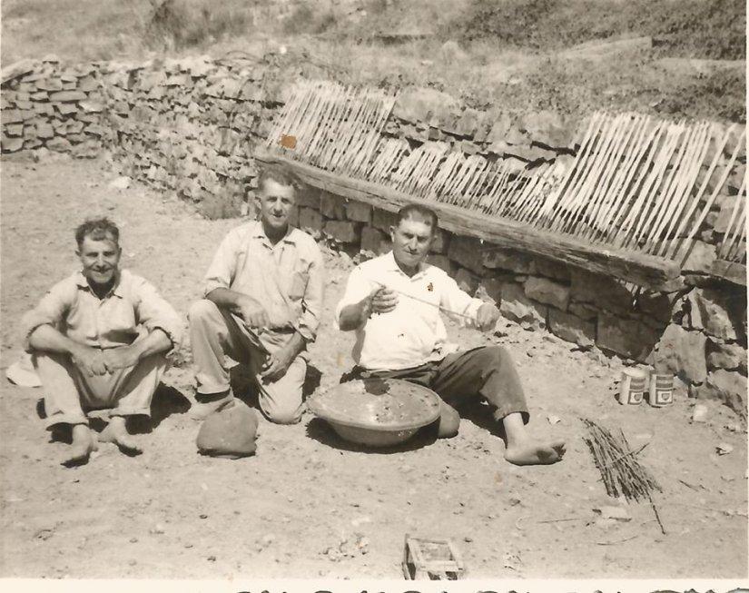 Στη φωτό οι Πέτρος (αριστερά) και Αντώνης (δεξιά) Χαρίτος και στη μέση ο Καρανικόλας (Πατεράκι) στην παρασκευή ξόβεργων στην Πλάτσα. Αρχείο Βαγγέλη Χαρίτου.