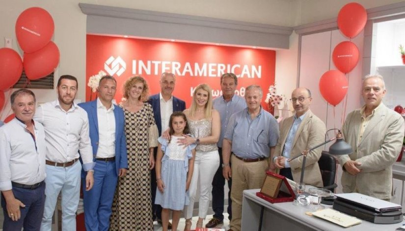 Η Ι. Βούλγαρη, ασφαλιστική σύμβουλος, με τα διοικητικά στελέχη της INTERAMERICAN και τους εκπροσώπους της τοπικής αυτοδιοίκησης.