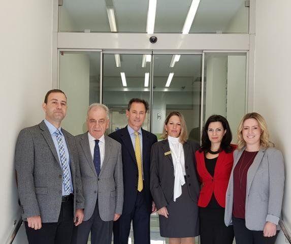 Τον νέο γενικό διευθυντή Α. Γερονικολάου (τρίτος από αριστερά) πλαισιώνει το management team της Αθηναϊκής Mediclinic: Κ. Ζουντουρίδης οικονομικός διευθυντής, Dr. Α. Ντεριάν διευθυντής ιατρικής υπηρεσίας, Ν. Θωμοπούλου διευθύντρια υγειονομικών υπηρεσιών, Ε. Κουτάντο, διευθύντρια λειτουργιών και Ε. Αδαμοπούλου, προϊσταμένη εμπορικής διεύθυνσης.