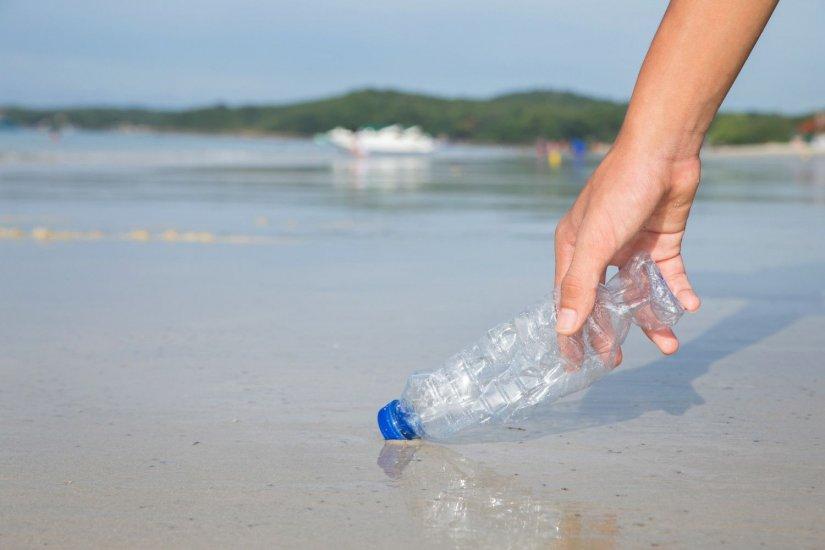 πλαστικό μπουκάλι, ακτή, ανθρώπινο χέρι
