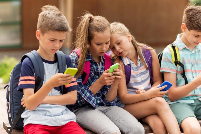 παιδιά κινητά τηλέφωνα