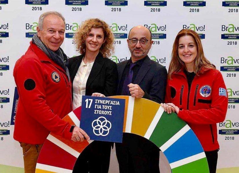 Στο συμβολικό στιγμιότυπο, από την ΕΟΔ ο Γ. Καλογερόπουλος, πρόεδρος και η Μ. Κουρκουτά και από την INTERAMERICAN ο Γ. Ρούντος, διευθυντής και η Χ. Ελευθερίου, προϊσταμένη εταιρικών σχέσεων και υπευθυνότητας.
